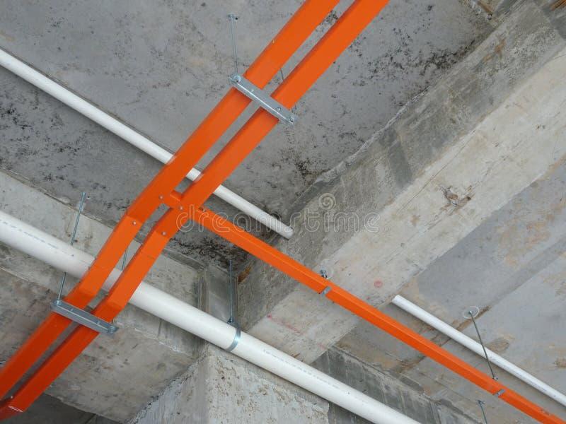 Magasinet för elektrisk kabel installerar att hänga på den ovannämnda golvsoffiten royaltyfri foto