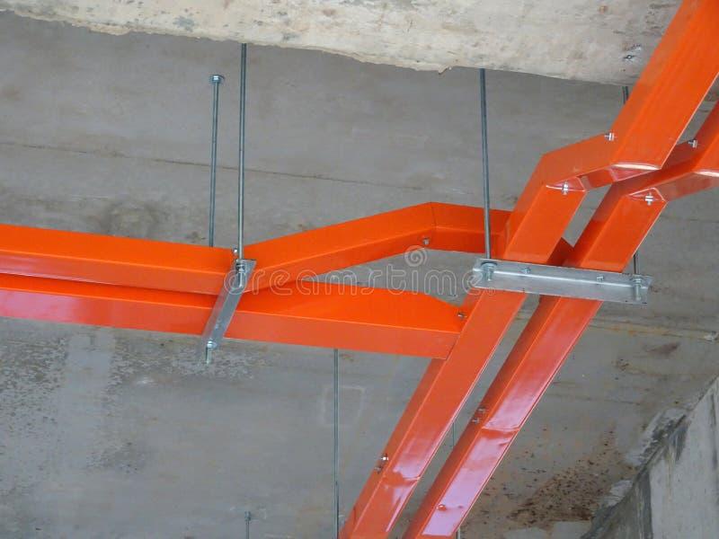 Magasinet för elektrisk kabel installerar att hänga på den ovannämnda golvsoffiten royaltyfria bilder