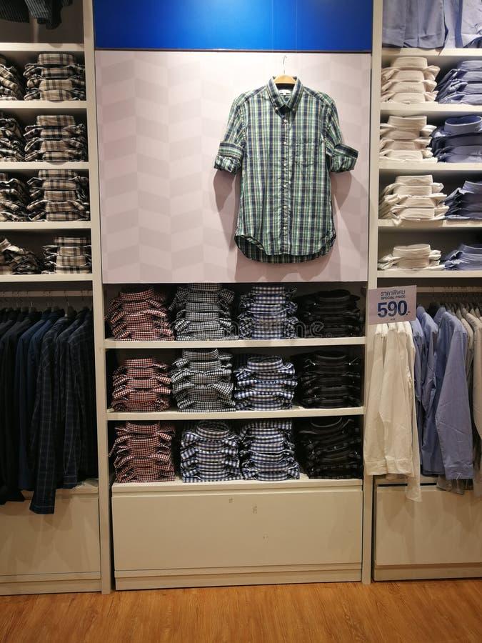 Magasins d'habillement qui sont escomptés photo stock