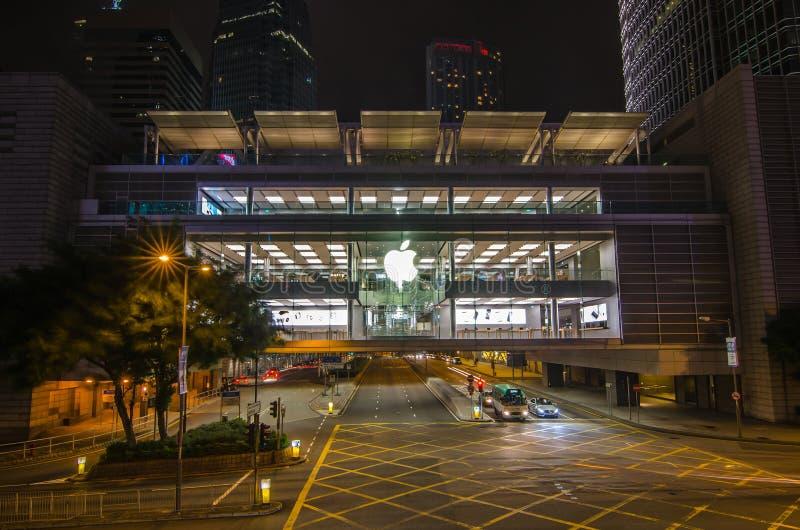 Magasins de détail d'Apple Clients essayant des produits et l'achat d'Apple Situé dans le centre de finance internationale, centr images libres de droits