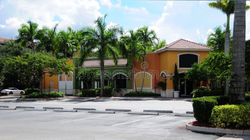 Magasins de détail et parking, la Floride du sud photo libre de droits