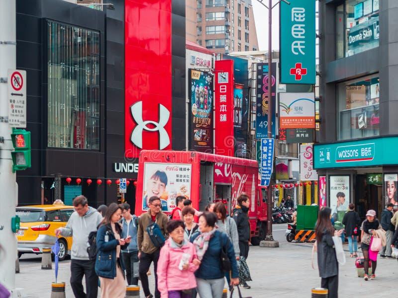 """Magasins de nom de marque au secteur d'achats de la jeunesse de Ximending, le """"Harajuku """"de Taïpeh avec un groupe de touriste dan photos stock"""