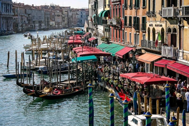 Magasins et cafés près du pont de Rialto sur Grand Canal à Venise, Italie image stock