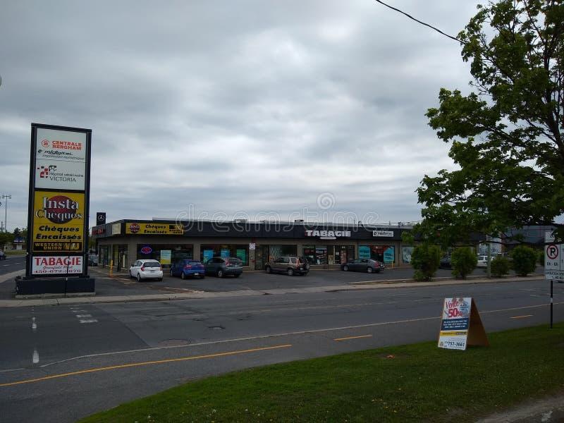 Magasins vus de l'autre côté de la rue en parc de Greenfield, Longueuil, Québec, Canada images libres de droits