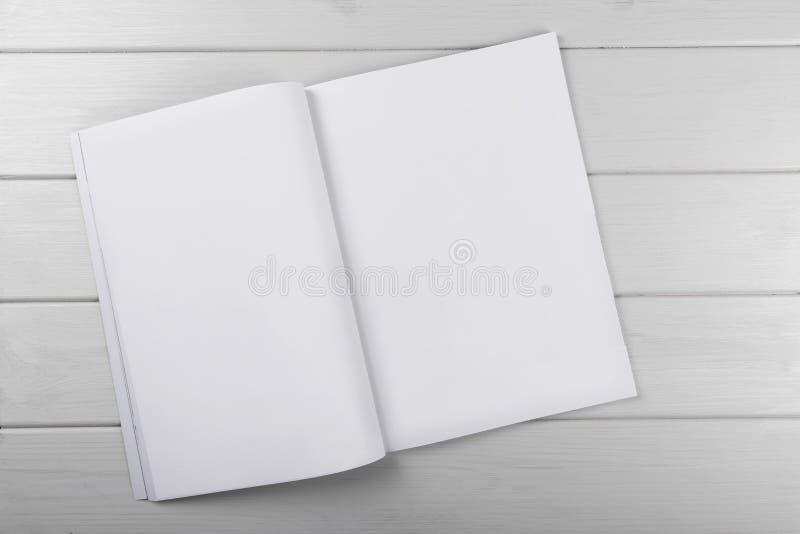 Magazine blanche vide sur la table en bois photographie stock libre de droits