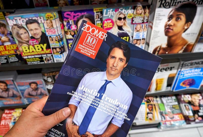 Magazine de Zoomer dans une main photographie stock