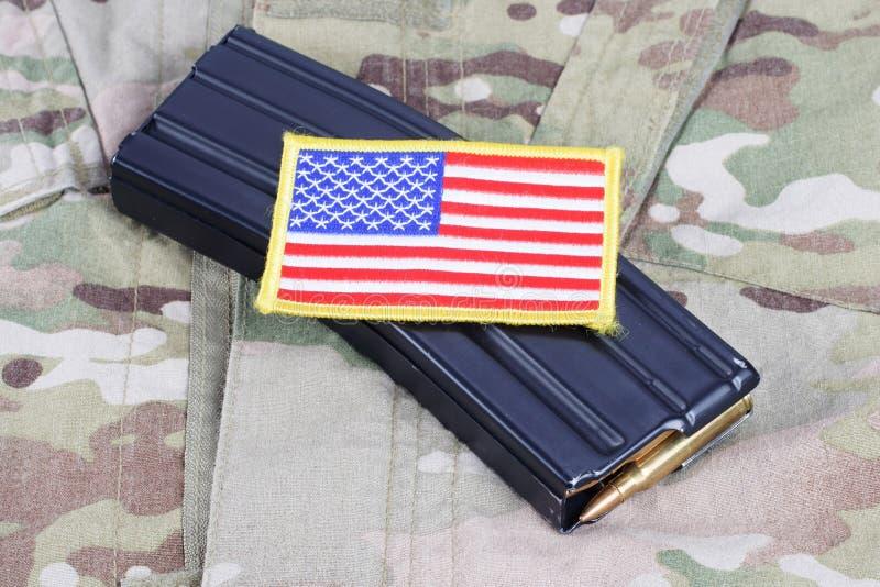 Magazine M-16 avec des munitions sur l'uniforme de l'armée américaine image libre de droits