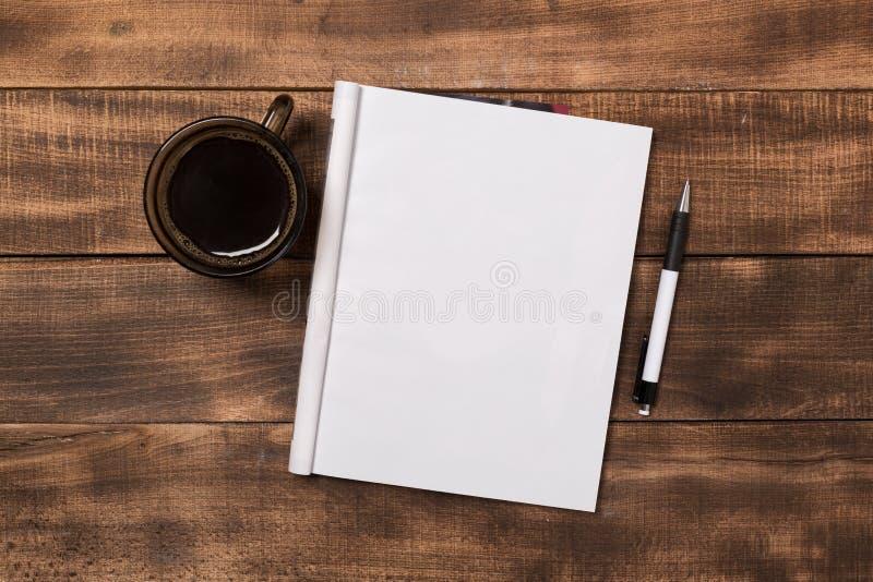 Magazine ou catalogue de maquette sur la table en bois image libre de droits