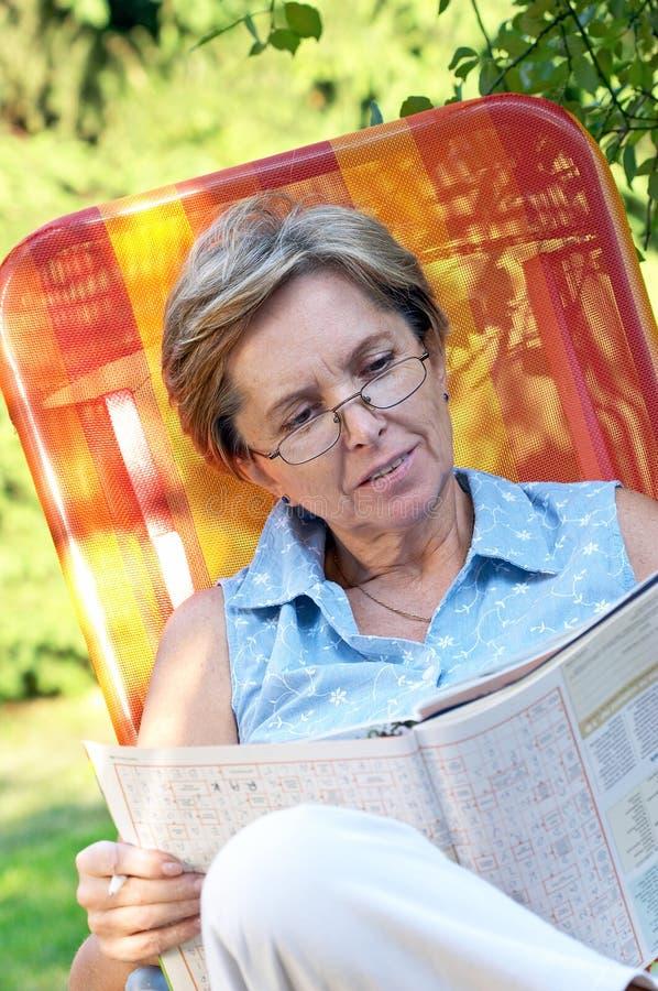 magazine reading στοκ εικόνες