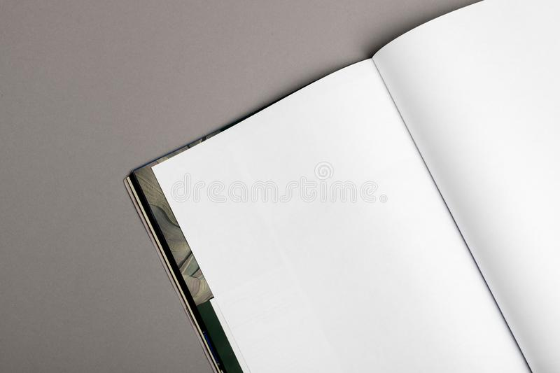 Magazine vide de brochure d'isolement sur le gris pour remplacer votre conception image stock