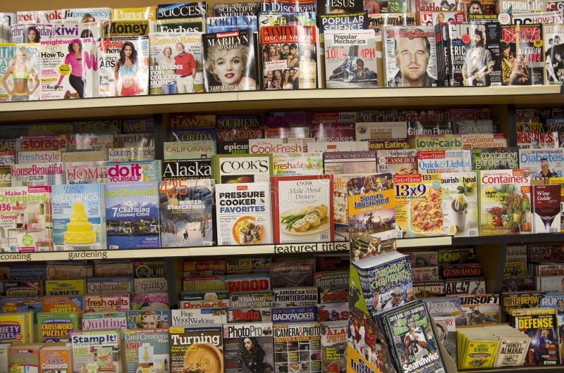 Magazines dans le magasin photo libre de droits