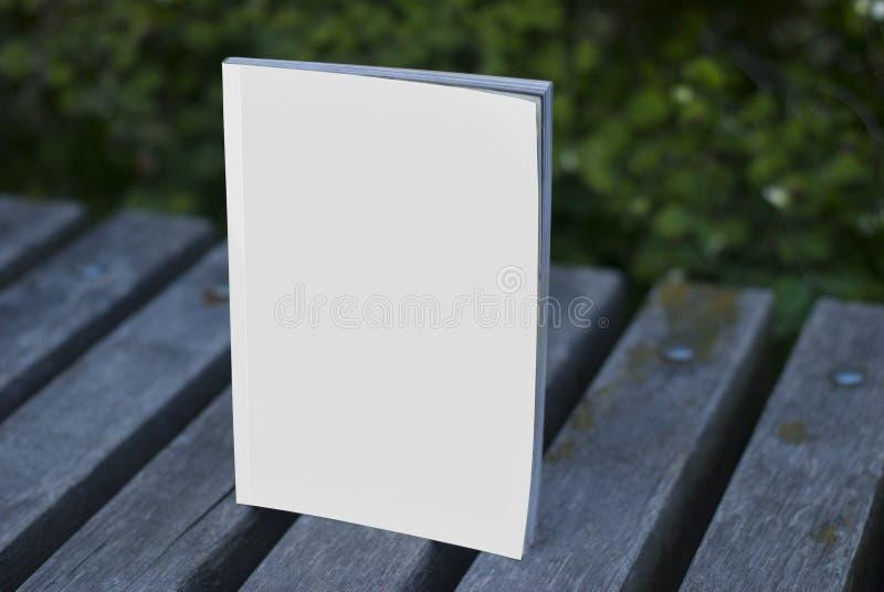 Magazines et catalogues de maquette sur le banc photographie stock libre de droits