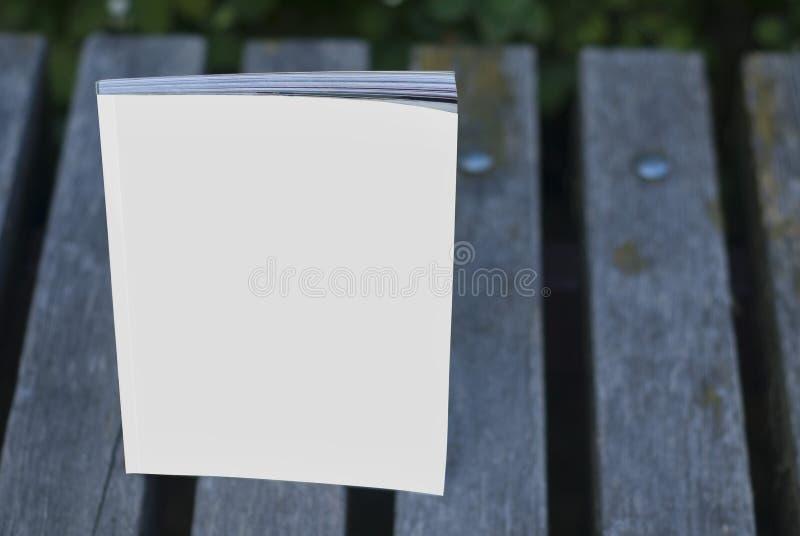 Magazines et catalogues de maquette sur le banc photos libres de droits