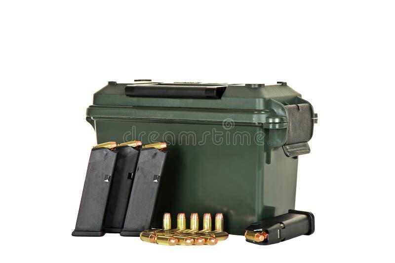 Magazines, munitions et caisse chargées de pistolet images libres de droits