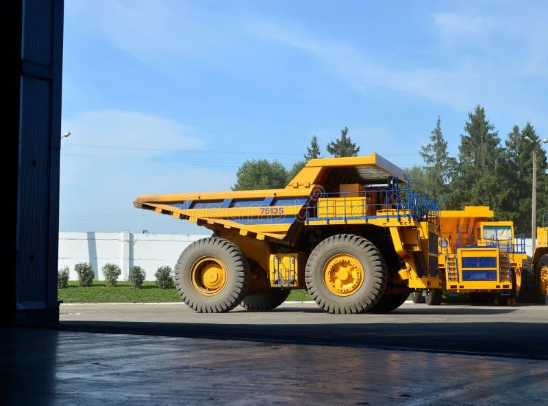 Magazyn ciężarówek samochodowych Produkcja wielkich górniczych wózków samowyładowczych przez ciężarówkę samochodową zdjęcia royalty free