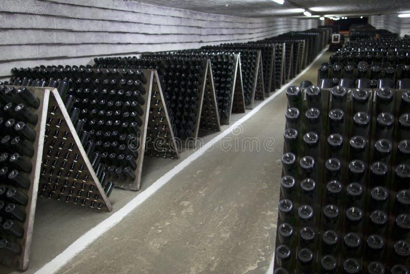Magazyn iskrzasty wino w wino lochu obrazy stock