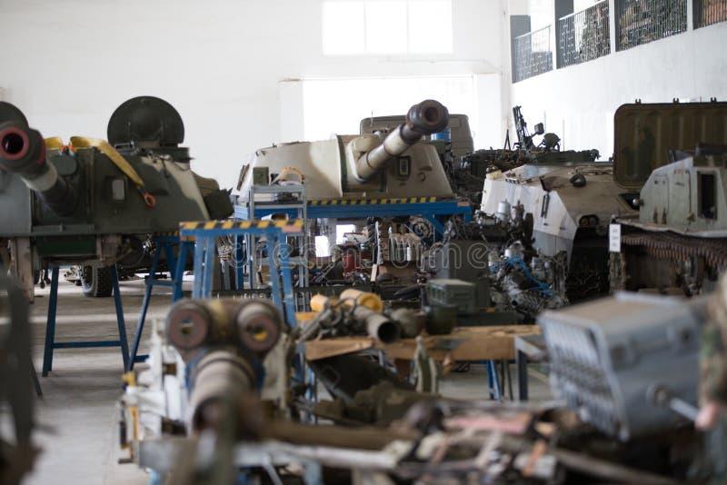 Magazyn militarny wyposażenie Batalistyczni zbiorniki w fabryce fotografia royalty free
