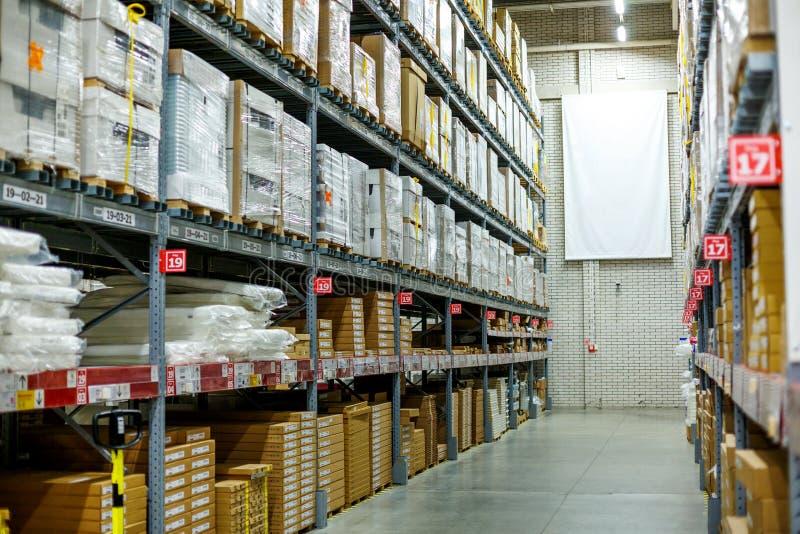 Magazyn, składowy pokój w wielkim sklepie Kłaść out towary na półkach zdjęcie royalty free