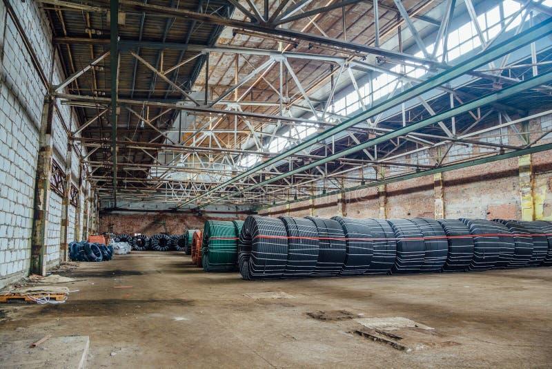 Magazyn z produkcją przekręcał gumowego tubing przemysłowi węże elastyczni obraz stock