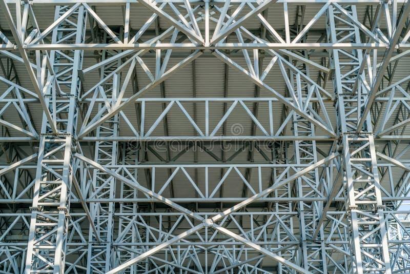 Magazynowy metalu dekarstwo, Wielka stalowa dachowa struktura, dolny widok z handlowym fabrycznym budynku dachem zdjęcie stock