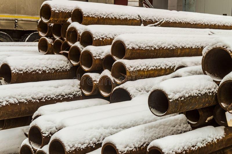 Magazzino all'aperto industriale dei tubi d'acciaio e dei prodotti metallici finiti fotografie stock libere da diritti