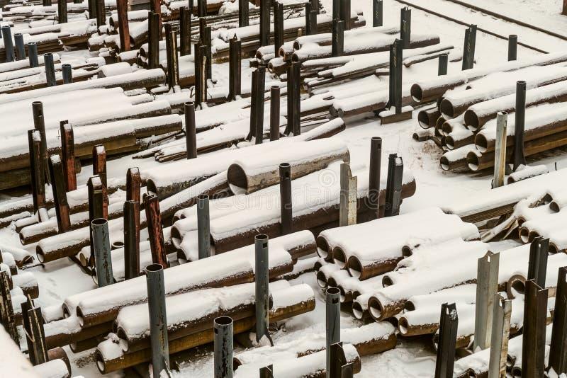 Magazzino all'aperto industriale dei tubi d'acciaio e dei prodotti metallici finiti immagine stock libera da diritti