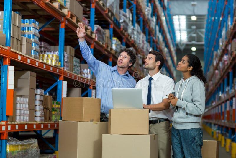 magazzino, deposito, stoccaggio, merci, azione, lavoratore, responsabile, personale, colleghi, gruppo, ben vestito fotografia stock