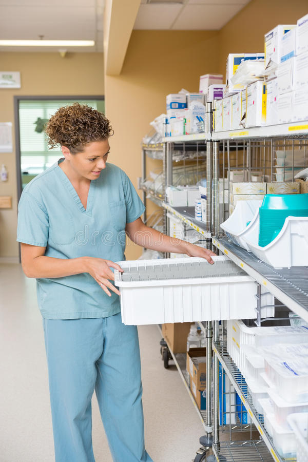 Magazzino di Arranging Container In dell'infermiere fotografia stock libera da diritti