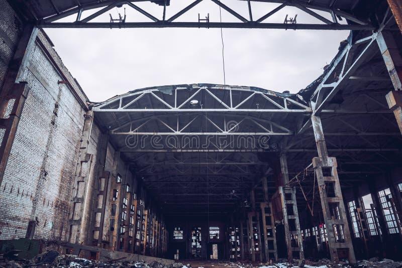 Magazzino terrificante industriale abbandonato, vecchia costruzione scura della fabbrica di lerciume immagini stock libere da diritti