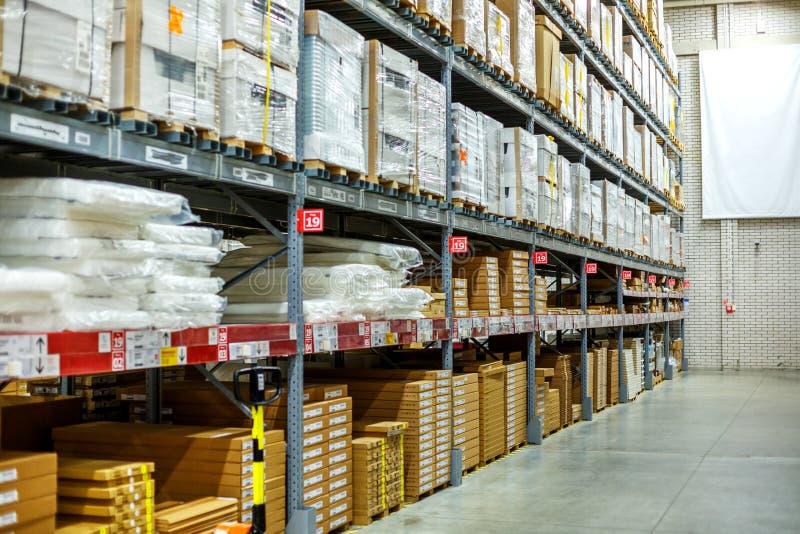 Magazzino, magazzino in un grande deposito Ha presentato le merci sugli scaffali immagini stock