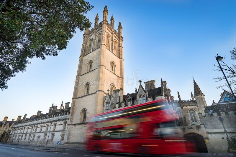 Magdalen College, Oxford y autobús rojo borroso del autobús de dos pisos fotografía de archivo libre de regalías
