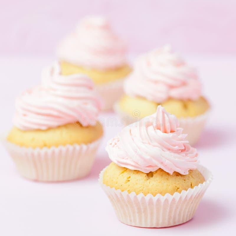 Magdalena adornada con el buttercream rosado en fondo del rosa en colores pastel Torta hermosa dulce Bandera cuadrada, tarjeta de imagen de archivo libre de regalías