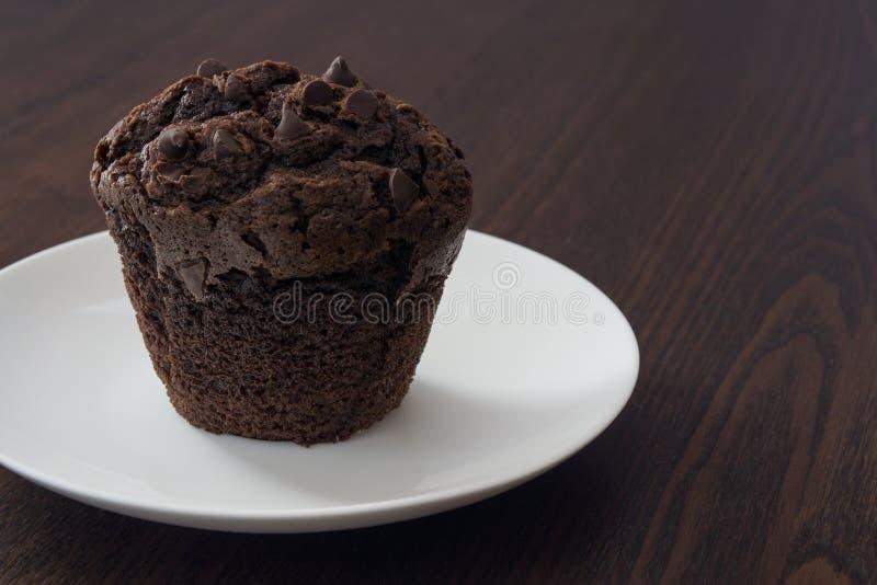 Magdalena del chocolate con la bifurcación imagen de archivo