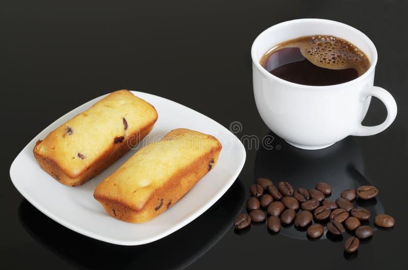 Magdalena del microprocesador de chocolate y taza de café imagen de archivo