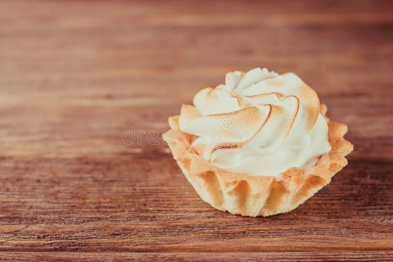 Magdalena dulce con crema azotada foto de archivo