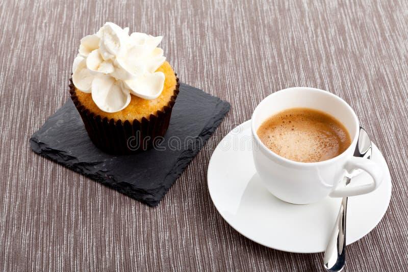 Magdalena dulce sabrosa y café aromático caliente del café express imagen de archivo