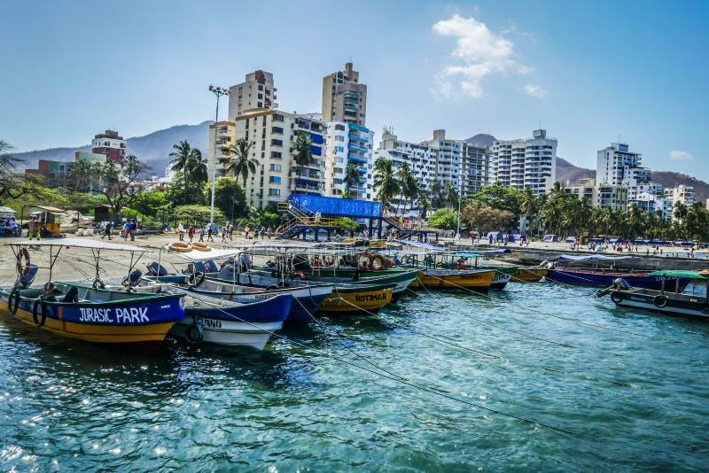 MAGDALENA, KOLUMBIEN - 10. JULI 2019: Touristische Boote im karibischen Strand von Playa BLANCA, Santa Marta lizenzfreie stockbilder