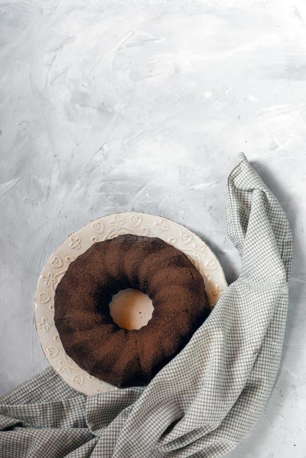 Magdalena recientemente cocida en un fondo concreto gris Torta de la pasta del chocolate imágenes de archivo libres de regalías