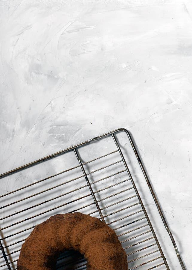 Magdalena recientemente cocida en un fondo concreto gris Torta de la pasta del chocolate fotos de archivo libres de regalías