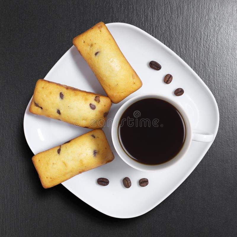 Magdalena y café rectangulares del microprocesador de chocolate imagenes de archivo