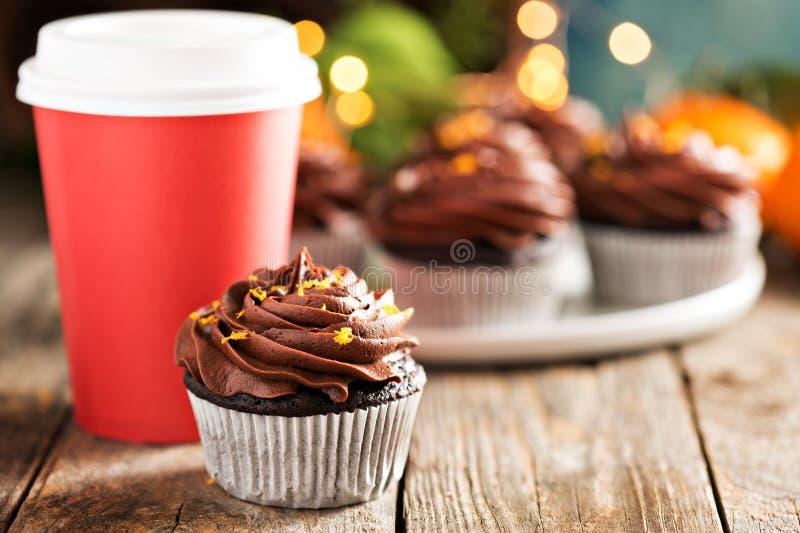 Magdalenas anaranjadas del chocolate para la Navidad fotos de archivo libres de regalías