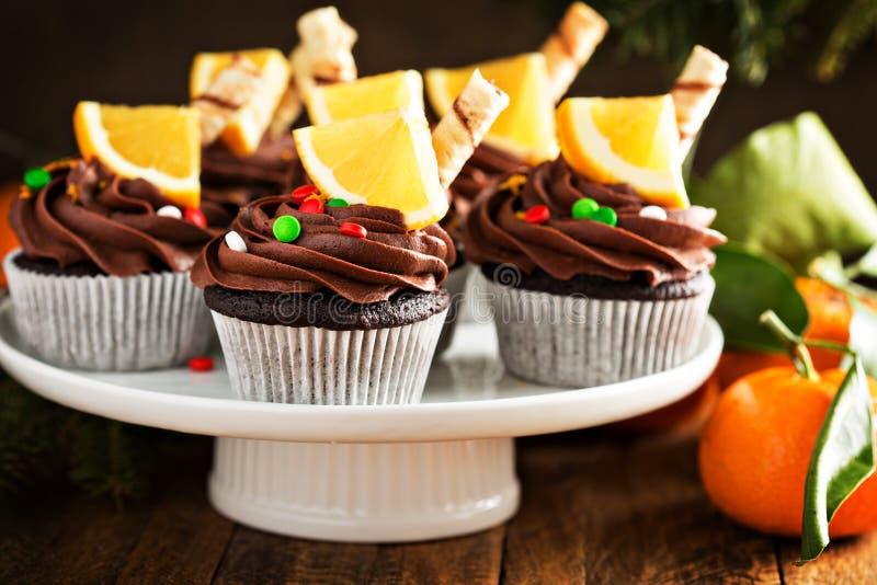 Magdalenas anaranjadas del chocolate para la Navidad imagenes de archivo