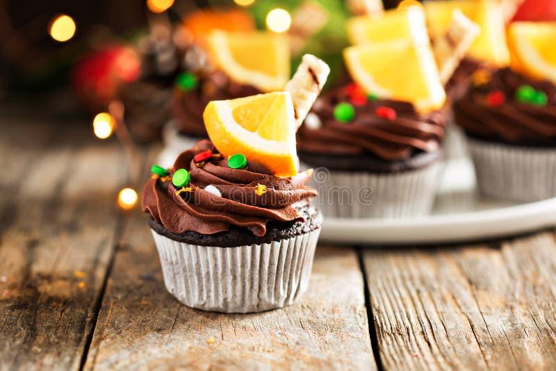 Magdalenas anaranjadas del chocolate para la Navidad fotos de archivo