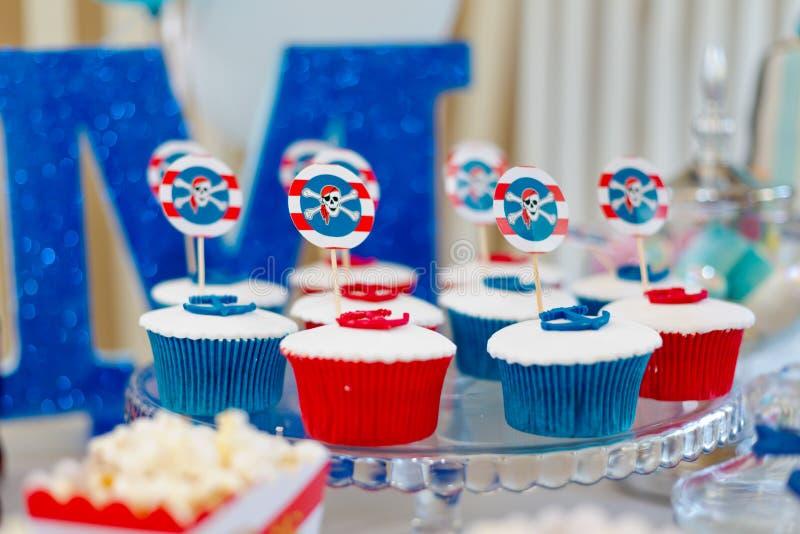 Magdalenas coloridas dulces del cumpleaños foto de archivo