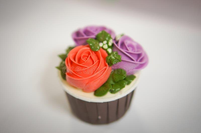 Magdalenas coloridas para el cumpleaños imagen de archivo