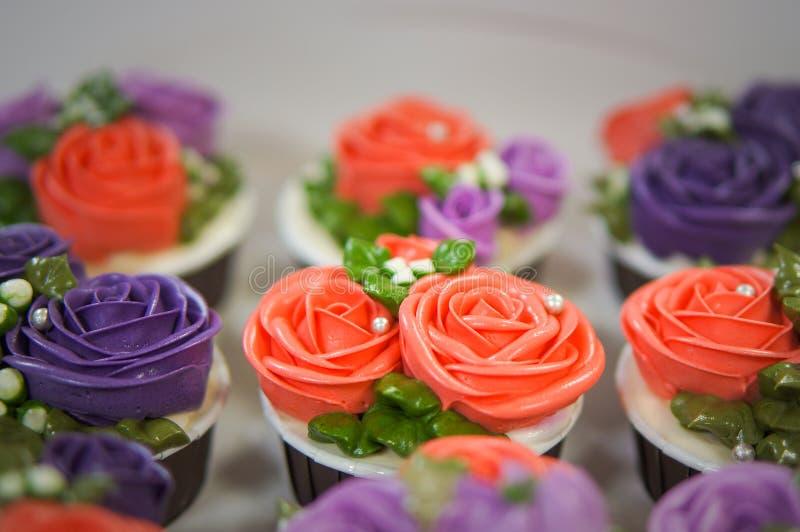 Magdalenas coloridas para el cumpleaños fotografía de archivo libre de regalías
