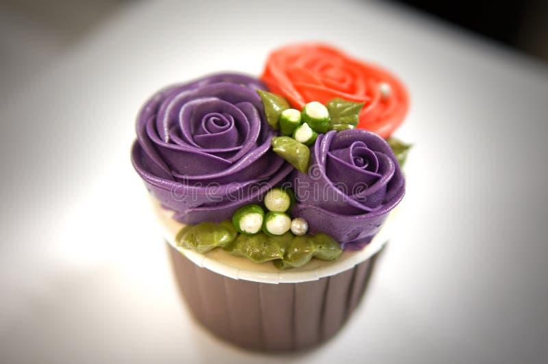 Magdalenas coloridas para el cumpleaños fotos de archivo