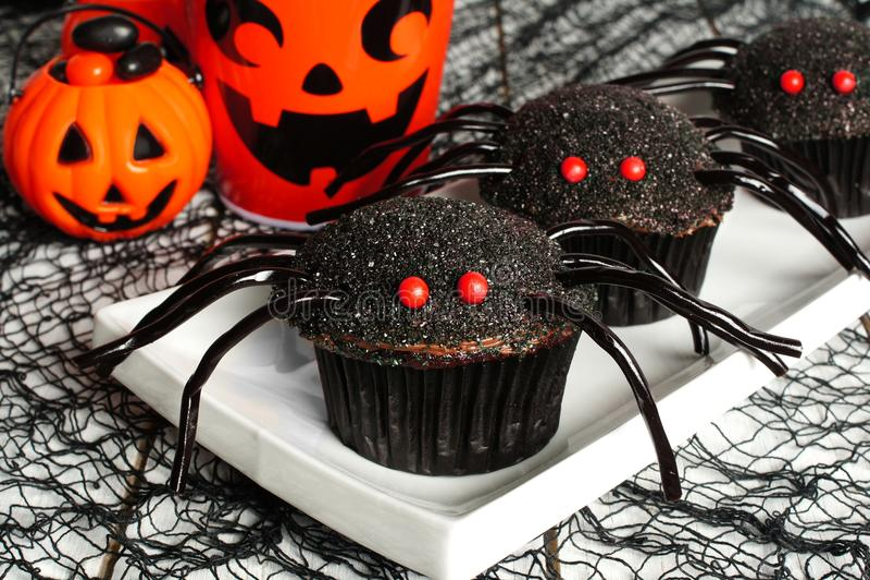 Magdalenas de la araña de Halloween con la decoración imagen de archivo