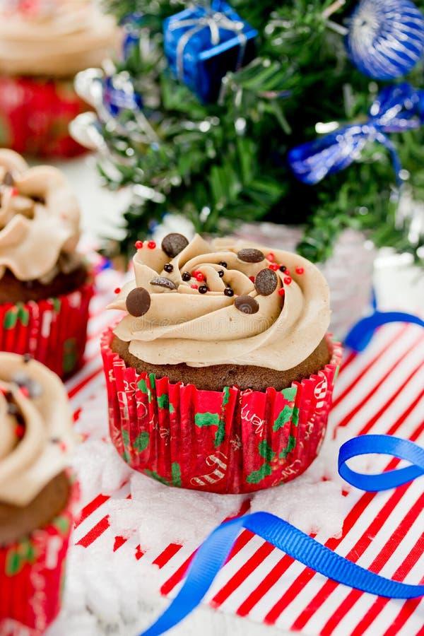 Magdalenas de la Navidad - magdalena del chocolate con helar del buttercream imágenes de archivo libres de regalías