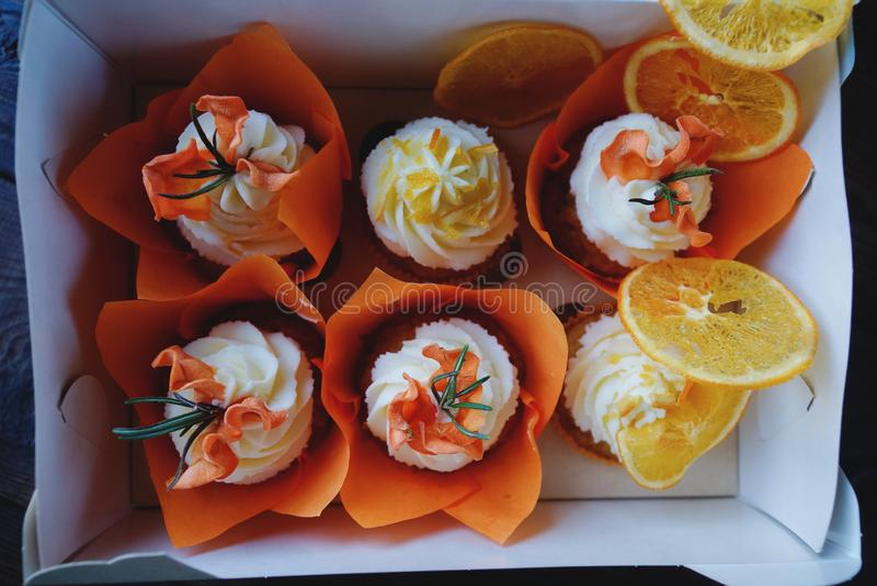 Magdalenas de la zanahoria de Pascua con las naranjas de la crema y del caramelo de la vainilla imágenes de archivo libres de regalías